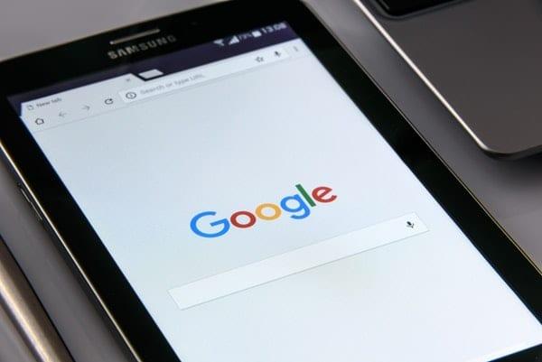 cerny tablet se strankou google
