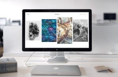 webove stranky macbook na stole